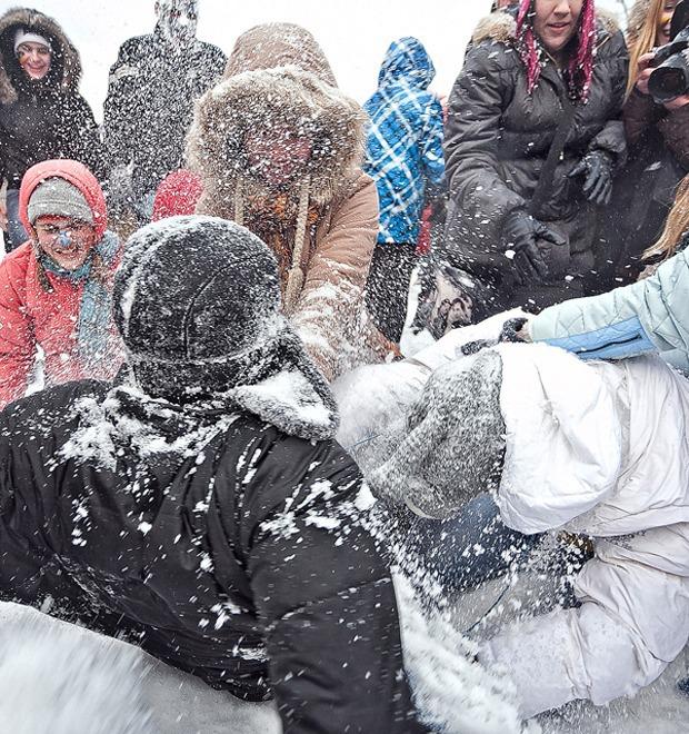Фоторепортаж: Снежная битва на Марсовом поле — Фоторепортаж на The Village