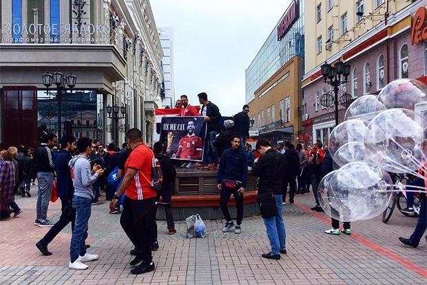 Как ведут себя фанаты из Уругвая и Египта на улицах Екатеринбурга — Галерея на The Village
