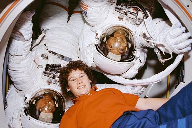 Земля в иллюминаторе: Как моют голову, поют Дэвида Боуи и готовят буррито в космосе — Weekend на The Village