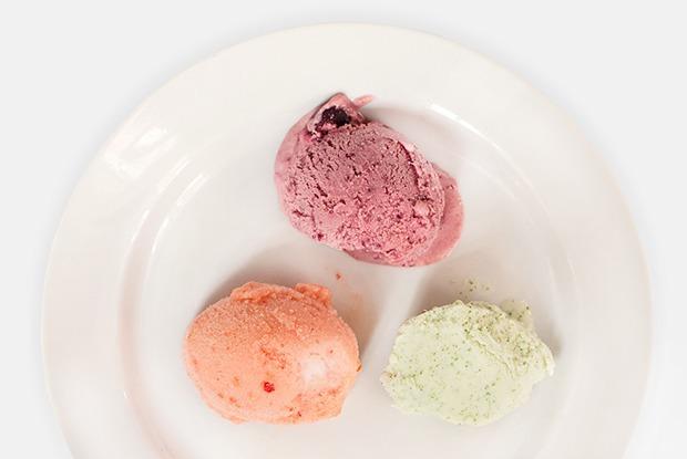 5 видов мороженого: с клубникой, вишней, йогуртом, томатами и пуэром