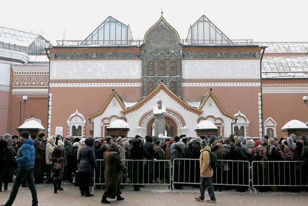 Третьяковская галерея — о давке в очереди на выставку Рафаэля и Караваджо