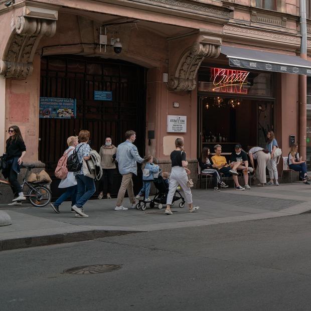 Как петербуржцы выпивают на Рубинштейна и Некрасова — Фоторепортаж на The Village