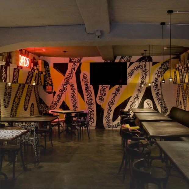 Винный бар «Био-Шмио» с каллиграфией Ромы Бантика — Место на The Village