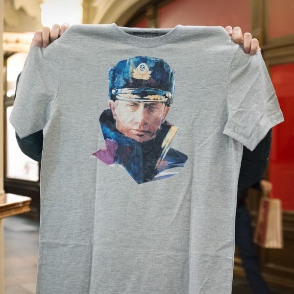 Съёмный патриотизм: Кто и зачем покупает одежду с Путиным