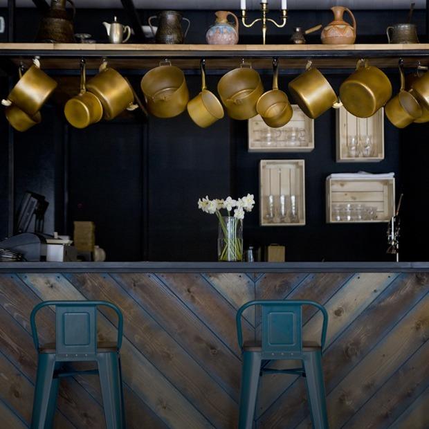 Бар Pro Vino: Голубое вино и рояль на стене в особняке на Пушкина — Место на The Village