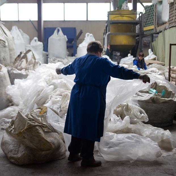 Как из мусора делают скамейки и детские площадки — Производственный процесс на The Village