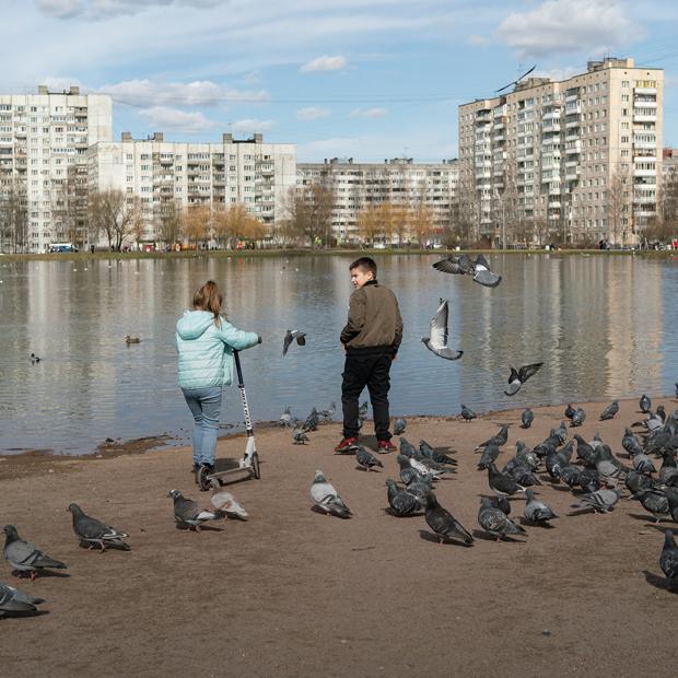 Центр Петербурга опустел, а спальные районы — нет. Вот как это выглядит   — Фоторепортаж на The Village