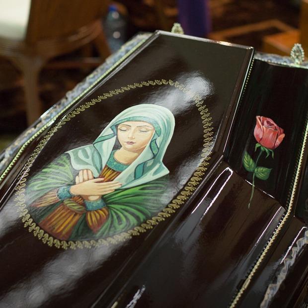 «Мы в гробах по неделе лежим»: Как в Москве прошла траурная выставка «Некрополь»