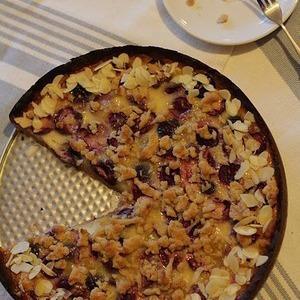 Черешнево-вишневый пирог для любителей миндаля — Рецепты читателей на The Village