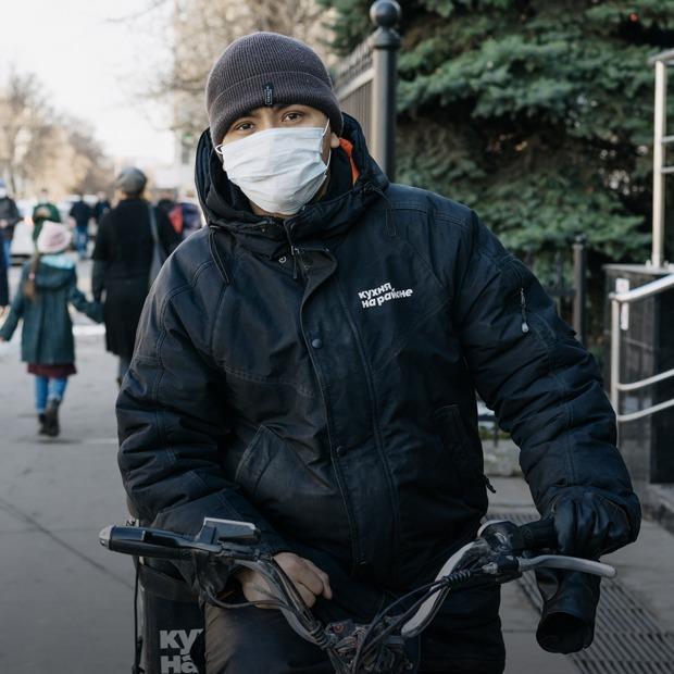 «Немного героическая работа»: Московские курьеры — о доставке во время пандемии — Прямая речь на The Village