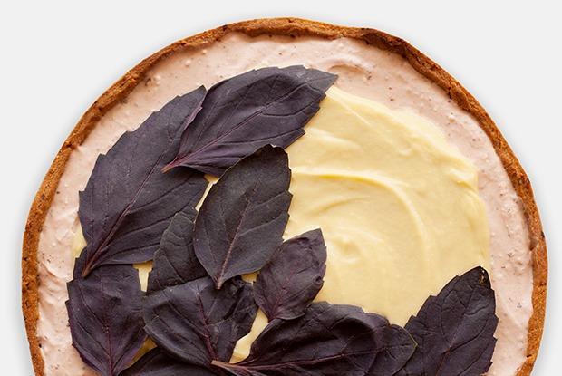 Клубнично-базиликовый тарт с кокосовым заварным кремом — Рецепты шефов на The Village