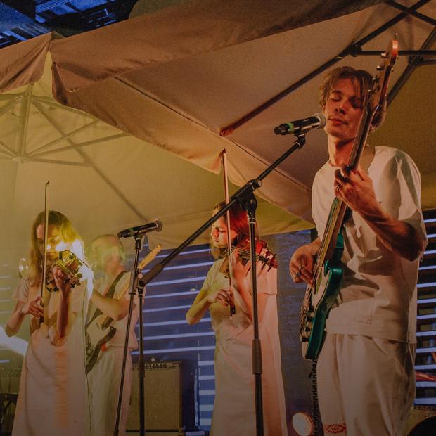 Как «Залпом» стали серьезнее на новом альбоме «Лес видит»: Мантры, фит с i61 и фольклор — Новая музыка  на The Village