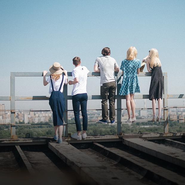 На уровне неба: 5 комплектов одежды для тёплых дней в Москве — Съёмки на The Village