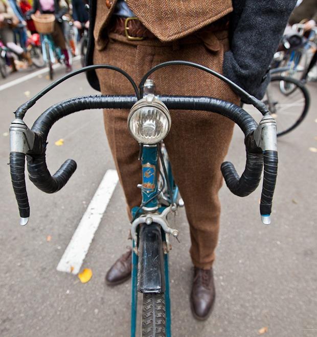 С твидом на город: Участники велопробега Tweed Ride о ретро-вещах