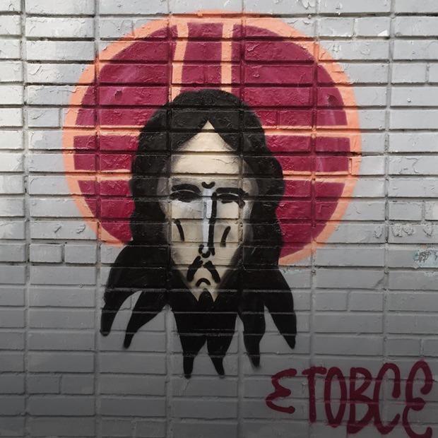 Художник рисует Иисуса Христа на стенах домов по всей России. Ему 28 лет и у него опухоль мозга — Истории на The Village