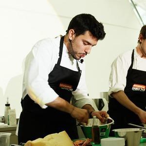 Omnivore Food Festival: Майкл Гринвольд и Симоне Тондо готовят орзотто из ячменя и тартар из голубя — Рецепты шефов на The Village