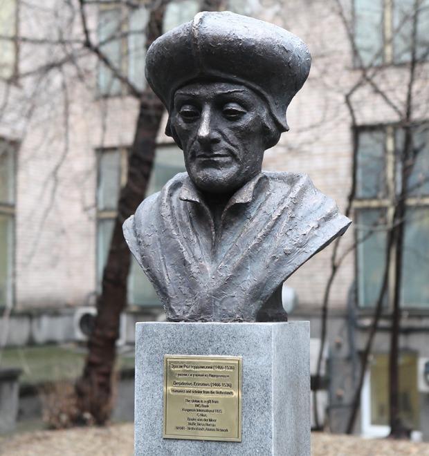 Фоторепортаж: Памятник Эразму Роттердамскому в Москве — Фоторепортаж на The Village