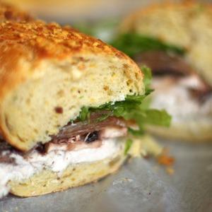 Куриный сэндвич с грушей, шампиньонами и сырным соусом — Рецепты читателей на The Village