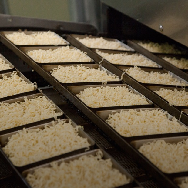 Как делают лапшу быстрого приготовления  — Производственный процесс на The Village