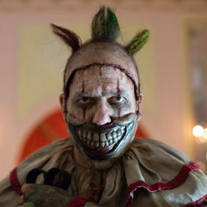 The Village смотрит «Американскую историю ужасов» с клоунами — Глядим оба на The Village