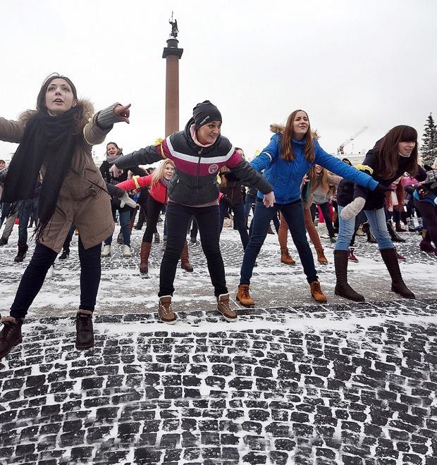 Фоторепортаж: Gangnam Style и зарядка на Дворцовой площади — Фоторепортаж на The Village
