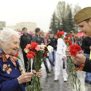 День Победы в Москве и Петербурге: Как гуляют и о чём вспоминают ветераны 9 Мая