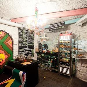 Семейная кофейня «БольшеКофе!» открылась в гроте Александровского парка — Рестораны на The Village