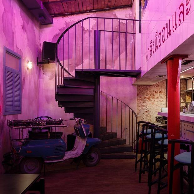 Неоновый демон: Тайский бар Neon Monkey — Место на The Village
