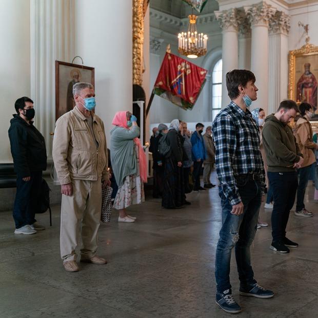 В Петербурге снимают карантин — открыли кладбища и храмы. Вот как это выглядит