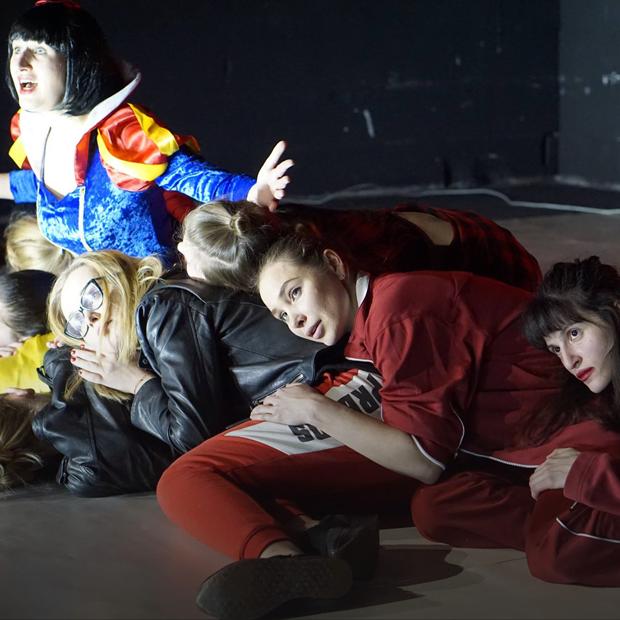 «Раздевайся, ложись», Faces & Laces и спектакль про менструацию — Выходные в городе на The Village