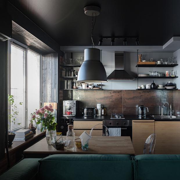 Квартира с черным потолком, в которой живет молодой онколог (Петербург)