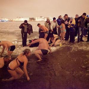Фоторепортаж: Крещенское купание в Петербурге — Фоторепортаж на The Village