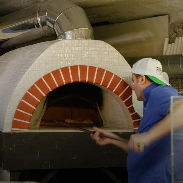 Возможно, лучшая пицца в городе: Bella Napoli — Место на The Village