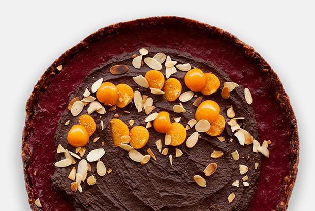 Шоколадно-клюквенный тарт с кремом из авокадо и орехами — Рецепты шефов на The Village
