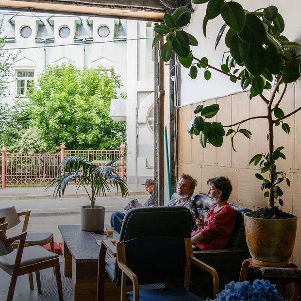 Немосковское гостеприимство: Кафе-гараж «Сюр» в Большом Трехсвятительском переулке — Место на The Village