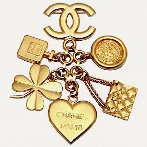 Брошь Chanel, кроссовки New Balance, юбка Jacquemus — Что надеть на The Village