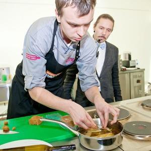 Omnivore Food Festival: Иван Березуцкий готовит суп из черноплодной рябины и нутрию в бересте — Рецепты шефов на The Village