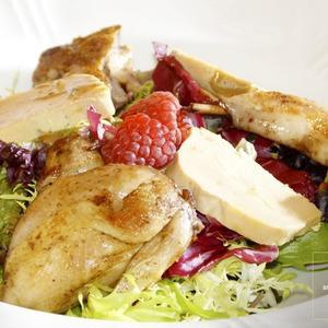 Рецепты шефов: Тёплый салат с перепёлкой и свежей малиной — Рецепты шефов на The Village