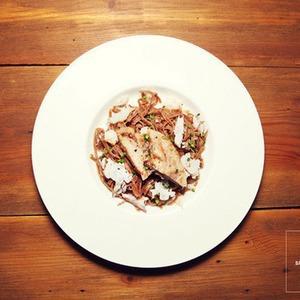 Рецепты шефов: Паста из «Бородинского» хлеба с хлопьями копченого судака — Рецепты шефов на The Village