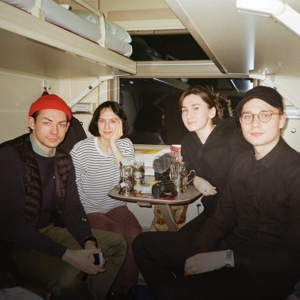 «Как мы 13 часов ехали на поезде из Москвы в Москву и сняли об этом фильм» — Репортаж на The Village