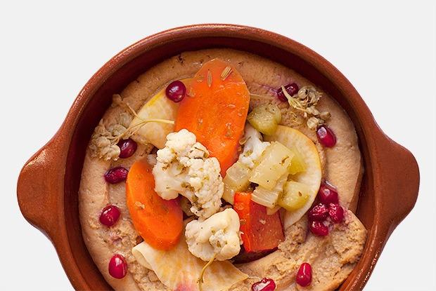 Хумус с маринованными овощами и гранатом — Рецепты шефов на The Village