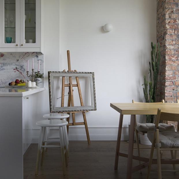 Белые стены и вставки из кирпича в Городке Чекистов — Квартира недели на The Village