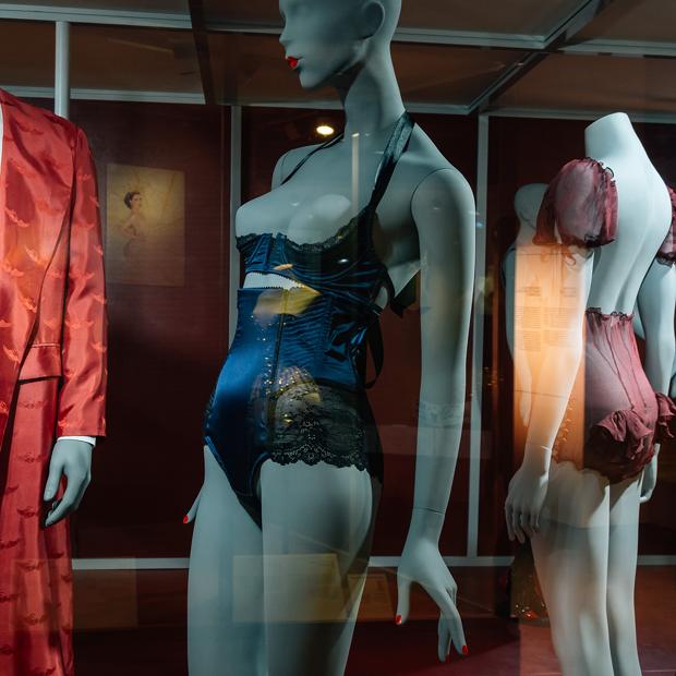 От кринолинов до «порношика»: 10 хитов выставки «Под одеждой» в «Эрарте»   — Гид The Village на The Village