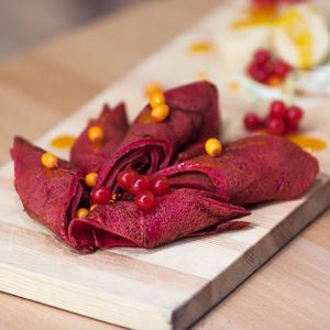 Свекольные блины с гусиным паштетом и джемом из тыквы и облепихи — Рецепты шефов на The Village