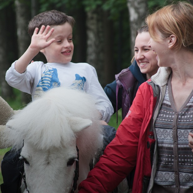 Кони, люди: Как конюшню, помогающую детям-инвалидам, выселяют из парка Горького — Город на The Village