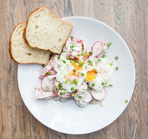 Рецепты шефов: Летний салат с яйцом-пашот — Рецепты шефов на The Village
