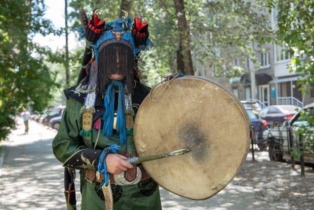 «Стучим в бубен, молимся»: Шаман — о стоимости обрядов и кармических диагнозах — Как всё устроено на The Village