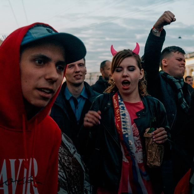 «Алые паруса»: Как гуляли выпускники в центре Петербурга — Фоторепортаж на The Village