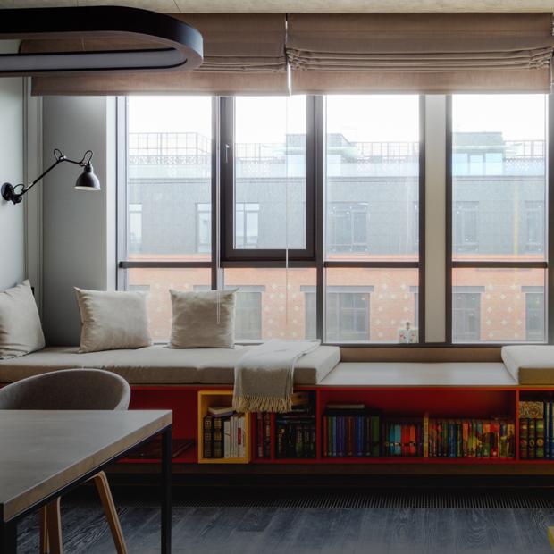 Минимализм с яркими акцентами в апартаментах на фабрике «Большевик» — Квартира недели на The Village