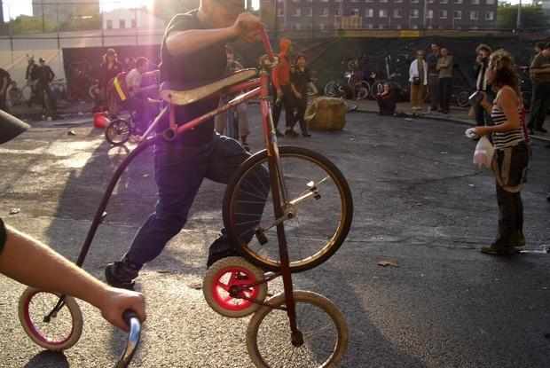 Закрытие велосезона, фестиваль боди-арта и стендап от BadComedian — Выходные в городе на The Village